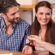 Hier würden Sie das Bild eines jungen Paares sehen welches von einem Verwandten eine Wohnung vermietet bekommen.